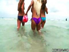Nuvid - These beach babes go i...