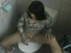 Amateur chick masturba...