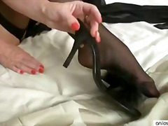 Mature mom cums on her...