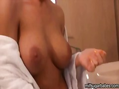 Nicole aniston gets re...