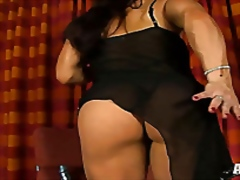 Muscle goddess plays w...