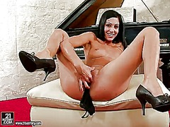 Brunette proves that h...