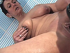 Milf mastrubates in ba... from Xhamster