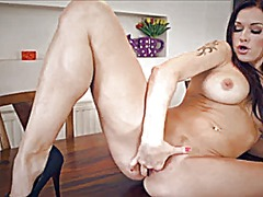 Milf fingers herself o... from Xhamster