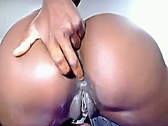 Ebony shows pussy on w...