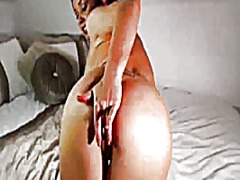Sexxy brunette rubs cl... from Xhamster